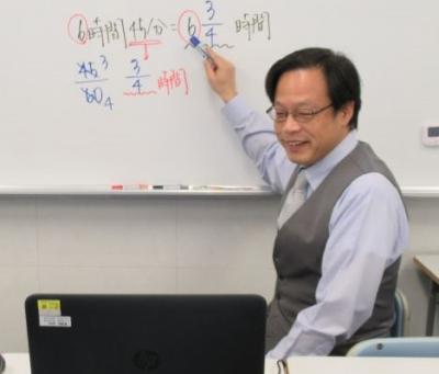 教室では先生がホワイトボードで説明